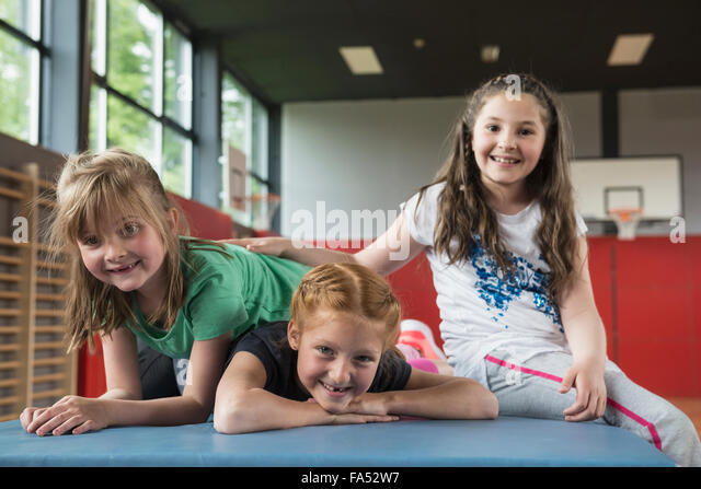 Mädchen auf Übung Matte in der Sporthalle, Bayern, München, Deutschland Stockbild