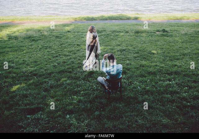Junges Paar in Liebe eingehüllt Stockbild