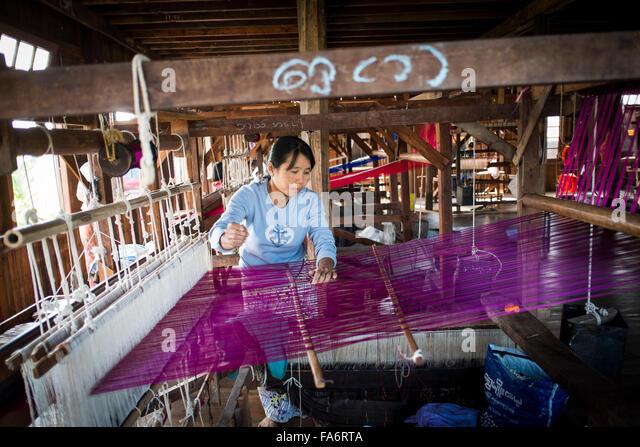 Traditionellen birmanischen Textil fertigen neben Inle-See, Myanmar Stockbild