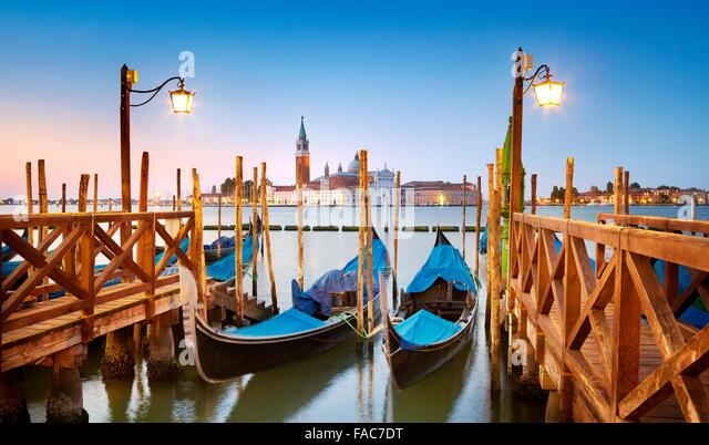 Venezianische Gondel vertäut am Canale Grande (Canal Grande) und Kirche von San Giorgio Maggiore im Hintergrund, Stockbild