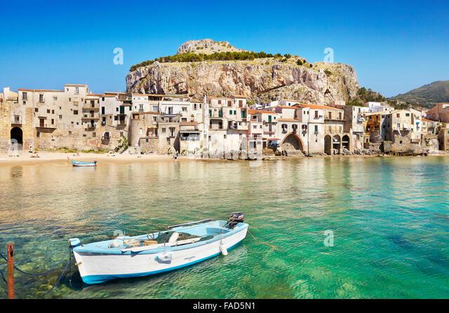 Angeln, Boot und mittelalterlichen Häusern von Cefalu alte Stadt, Sizilien, Italien Stockbild