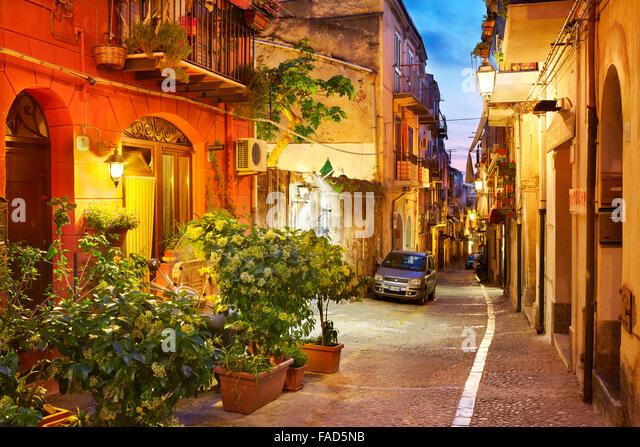 Altstadt, die Straße am Abend Beleuchtung, Cefalu, Sizilien, Italien Stockbild
