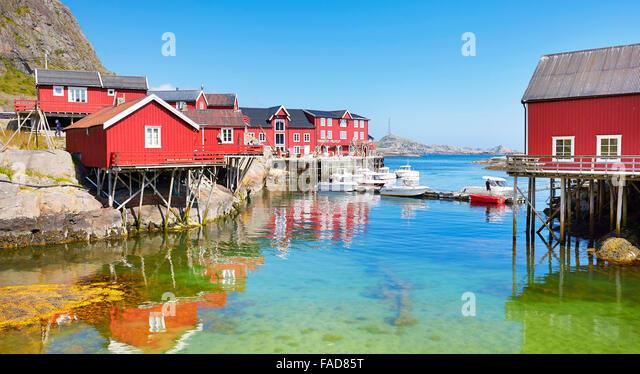 Traditionellen roten Holz Rorbu Häuser auf Moskenesoya Island, Lofoten Inseln, Norwegen Stockbild