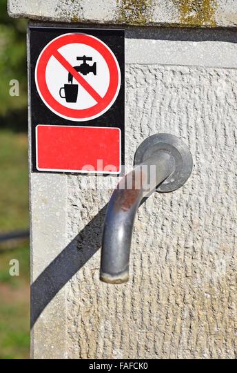 Wasserhahn mit einem nicht trinken Wasser Schild auf der Straße in der Stadt Stockbild