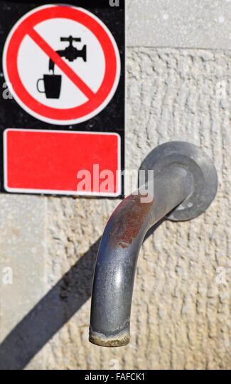 Wasserhahn mit einem nicht-Trinkwasser-Schild an der Straße in der Stadt Stockbild