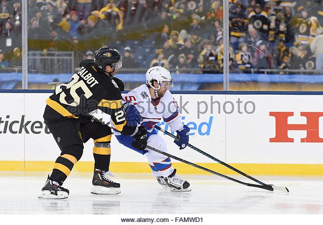Gillette Stadium, USA. 1. Januar 2016. Boston Bruins Center Max Talbot (25) versucht, den Puck vom Montreal Canadiens Stockbild