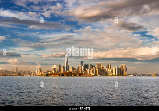 Lower Manhattan Financial District Wolkenkratzer, One World Trade Center und Ellis Island am späten Nachmittag Stockbild