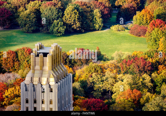 Luftaufnahme des Central Park West Sheep Meadow im vollen Herbstfarben. Upper West Side, Manhattan, New York City. Stockbild