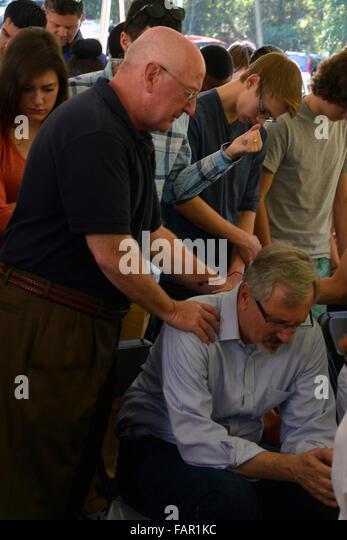 Mann wird während ein Zelt-Revival für gebetet. Stockbild