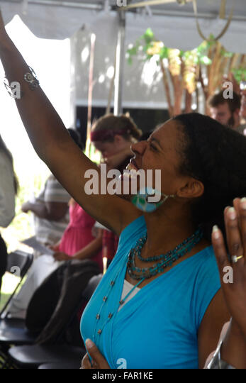 Frau betet Gott an ein Zelt-Revival-Service in Riverdale Park, Md Stockbild