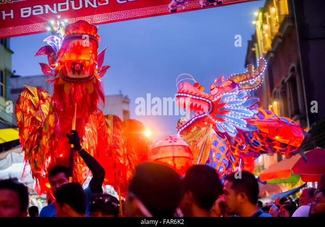 Traditionelle Drachen-Tanz-Performance während der chinesischen lunar Feier in Bandung, Indonesien. Stockbild