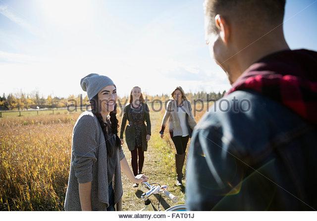 Freunde mit Fahrrad, Wandern im sonnigen Herbst Feld Stockbild