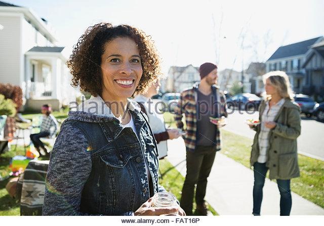 Porträt Frau genießen Nachbarschaft Potluck Lächeln Stockbild