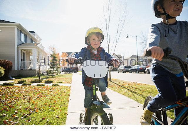 Jungen Fahrrad auf Herbst Nachbarschaft Bürgersteig Stockbild