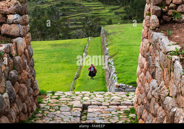 Chinchero, Peru - 23. Dezember 2013: Eine peruanische Wonam in den Inka-Ruinen in das Dorf Chinchero, in Peru. Stockbild