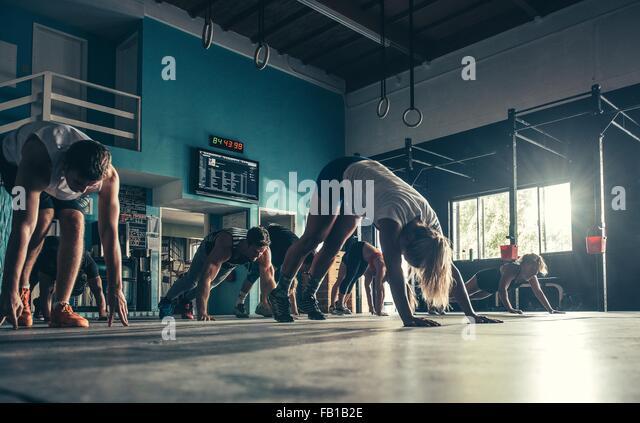 Ebene Oberflächenansicht von Menschen, die zusammen im Fitness-Studio trainieren Stockbild