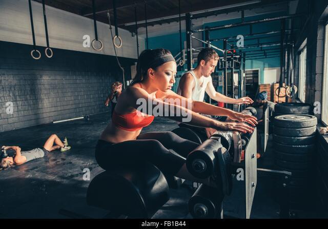 Menschen eine Ausbildung auf Trainingsgeräten in Fitness-Studio Stockbild