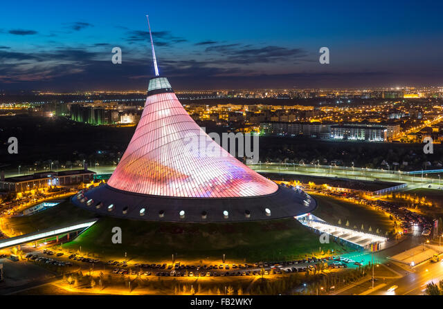 Zentralasien, Kasachstan, Astana, Nachtansicht über Khan Shatyr Entertainment-center Stockbild