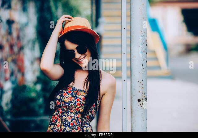 schöne Mädchen posiert für die Kamera in der Stadt Stockbild