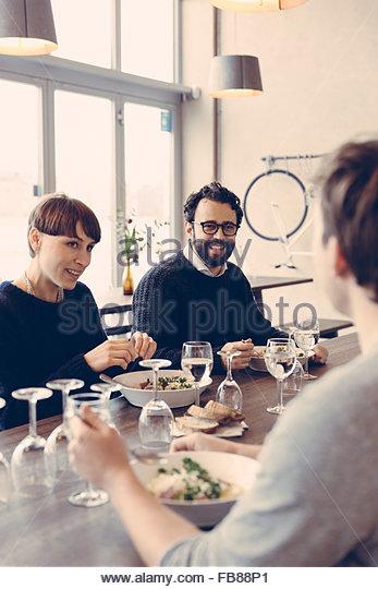 Schweden, Freunde reden im restaurant Stockbild