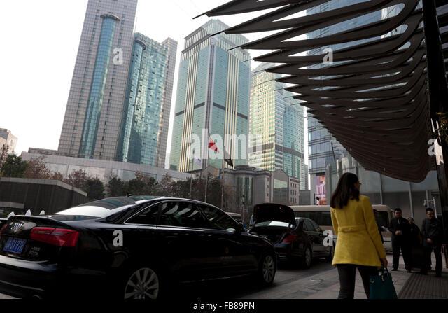 Limousinen parkten außerhalb eines gehobenen Hotels inmitten einer Flut von Hochhäusern im Zentrum von Stockbild