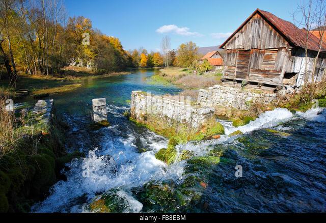 Alte Mühle am Fluss Gacka in Lika (Majerovo Vrilo), Kroatien. Stockbild