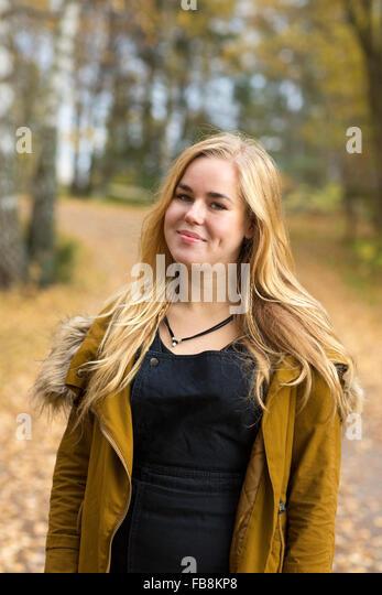 Schweden, Ostergotland, Mjolby, Porträt von blonde Teenager (16-17) Lächeln Stockbild