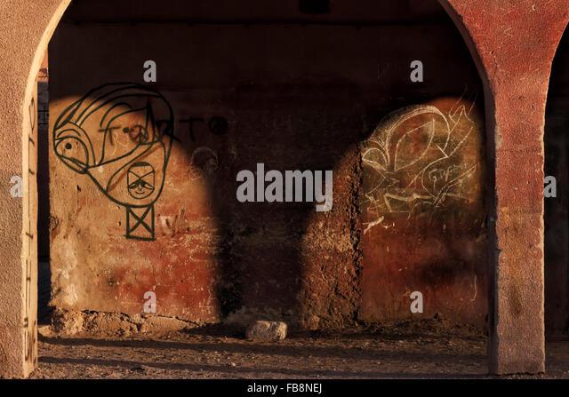 Graffiti auf einem alten ländlichen Gebäude in Marokko. Stockbild