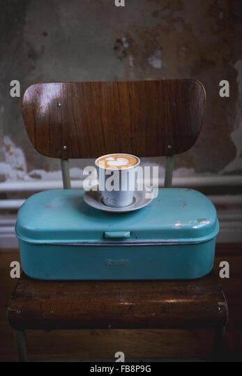 Kaffee Latte auf Metall-container Stockbild