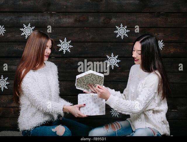 Zwei junge Mädchen halten helle Urlaub vorhanden Stockbild