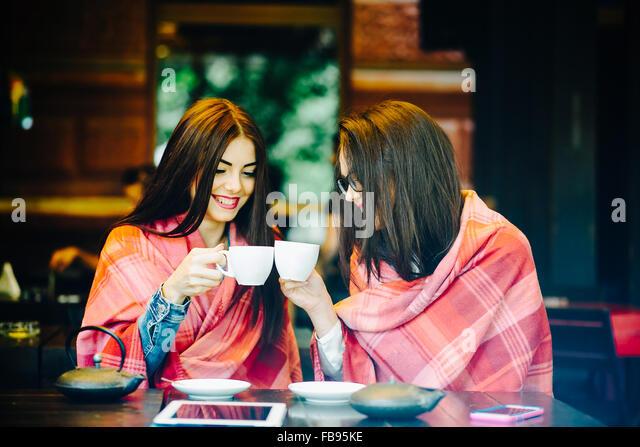 Zwei junge und schöne Mädchen, Klatsch Stockbild