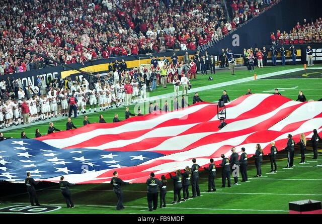 Glendale, AZ, USA. 11. Januar 2016. Eine amerikanische Flagge UOP Stadium vor 2016 College Football Playoff National Stockbild