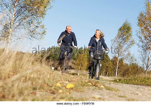 Schweden, Sodermanland, Mann und Frau, Fahrrad fahren Stockbild