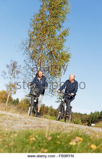 Schweden, Sodermanland, Mann und Frau, Radfahren Stockbild