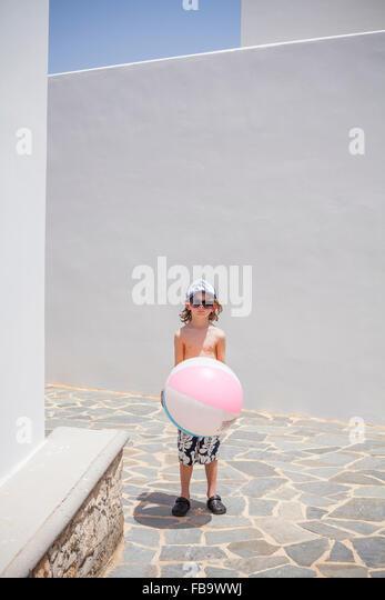 Griechenland, Karpathos Amopi, junge (8-9) Stand mit ball Stockbild