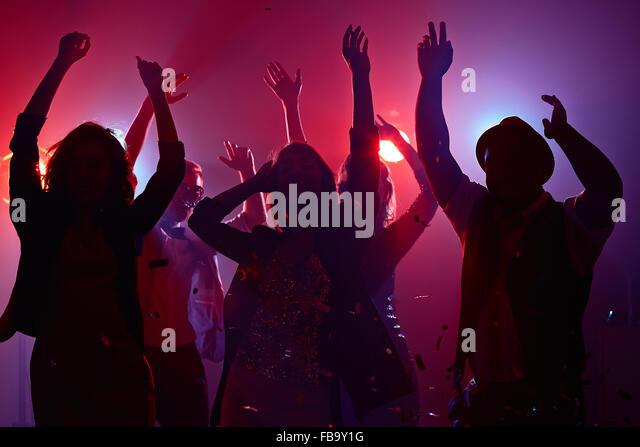 Junge Menschen, die ihre Arme im Tanz Stockbild
