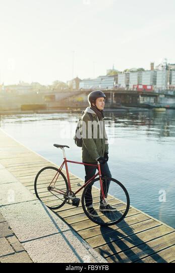 Schweden, Sodermanland, Stockholm, Sodermalm Slussen, Mitte erwachsenen Mann mit festen Gear Rad auf Steg Stockbild