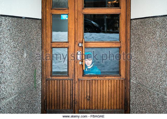 Finnland, Helsinki, junge Blick durch die Eingangstür Stockbild