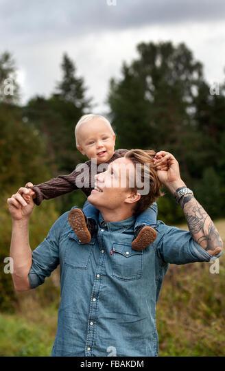 Finnland, Uusimaa, Raseborg, Karjaa, Vater mit Sohn (12-17 Monate) Huckepack Stockbild