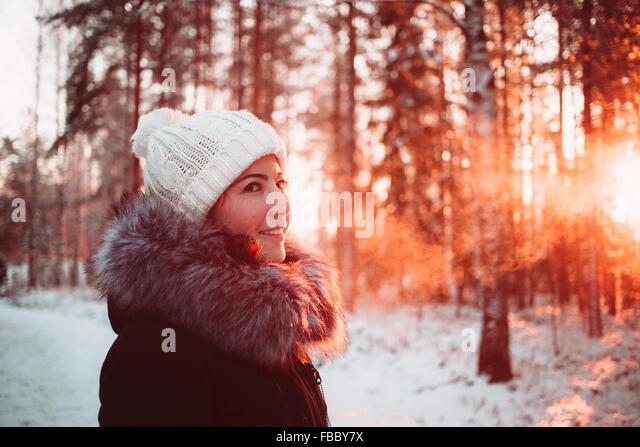 Hübsches Mädchen im Winterwald Stockbild
