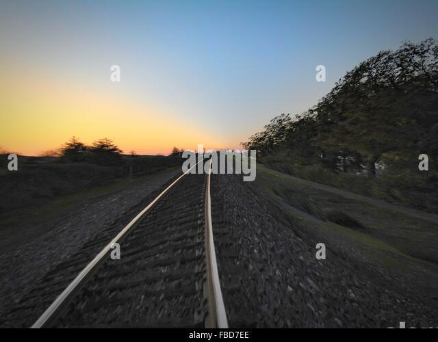 Bahngleis auf Feld gegen Himmel Stockbild