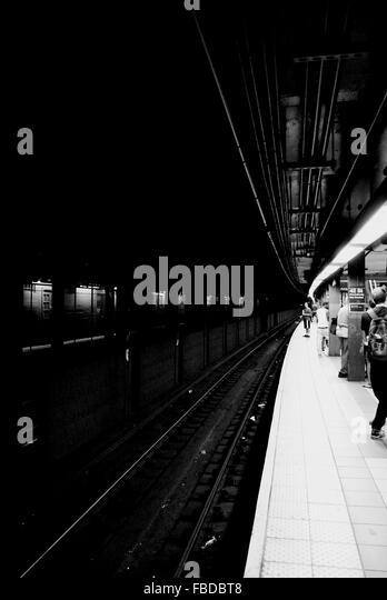 Menschen am Bahnsteig Eisenbahn Stockbild