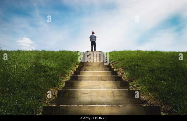 Junge stand auf Treppe Stockbild