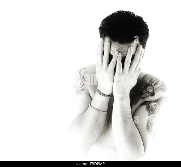 Mann mit Tattoo bedeckte Gesicht vor weißem Hintergrund Stockbild