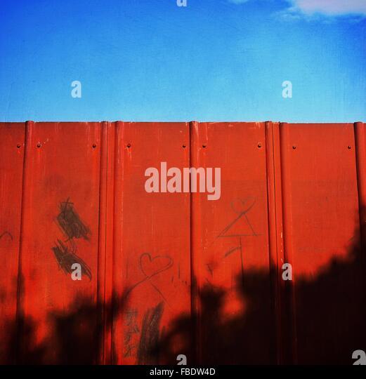 Niedrigen Winkel Ansicht der Mauer gegen blauen Himmel Stockbild
