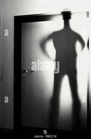 Schatten des Menschen auf der Haustür Stockbild