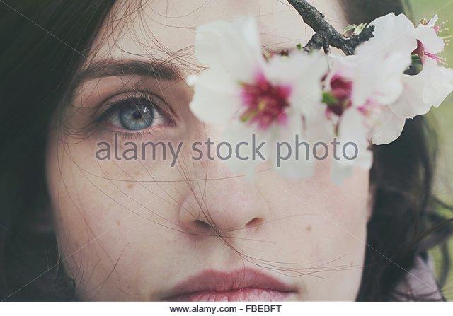 Nahaufnahme von Frau und Blumen Stockbild