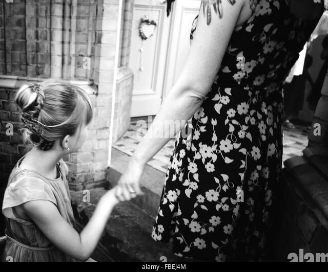 Mutter und Tochter, die Hand in Hand Stockbild