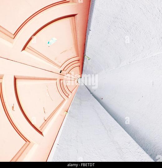 Digitalen zusammengesetztes Bild der geschlossenen Tür durch weiße Wand Stockbild