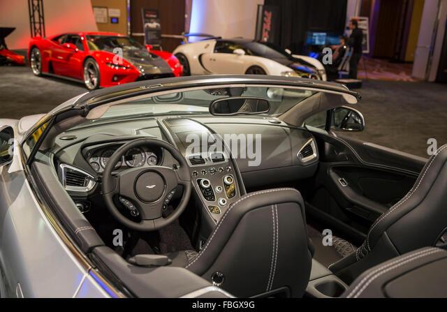 Detroit, Michigan - der Aston Martin Vanquish in einer Sammlung von Ultra-Luxus-Autos auf dem Display während Stockbild